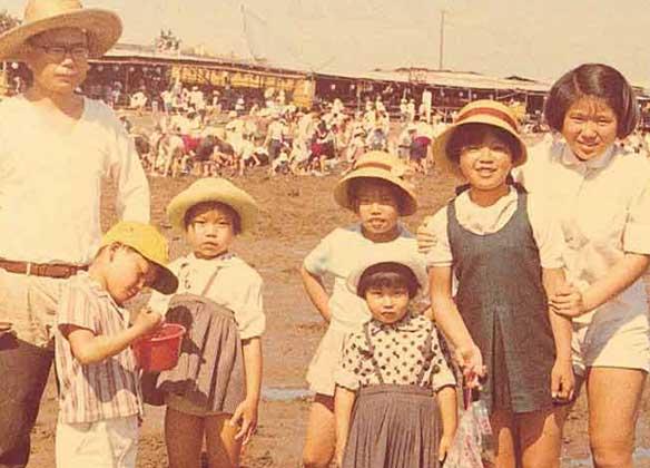 お父さんと兄弟6人で(後列左から3人目有本恵子さん)