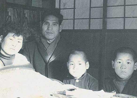 左から二人目が寺越昭二さん